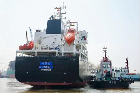 中航鼎衡两型化学品船接力试航