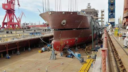江南长兴造船18600方LNG加注船主甲板贯通