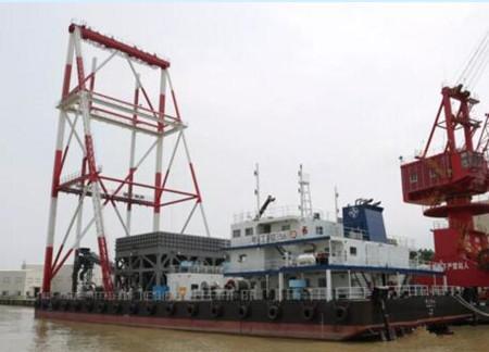 航通船业一艘碎石桩船顺利完成桩架上节吊装