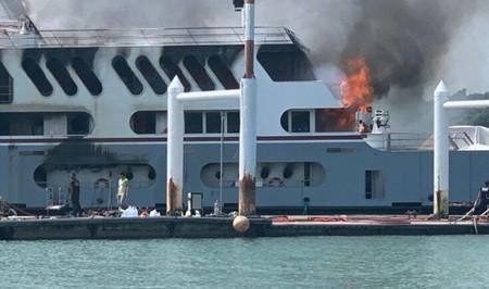 普吉一艘超级豪华大游船起火