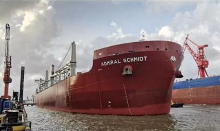 上海船厂首制冰级108000吨散货船试航凯旋