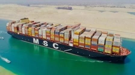 """全球最大集装箱船""""地中海古尔松""""轮通过苏伊士运河"""