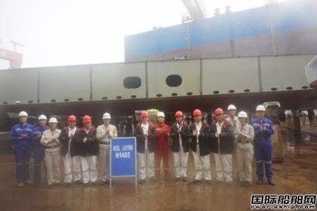 外高桥造船2艘21万吨散货船下坞