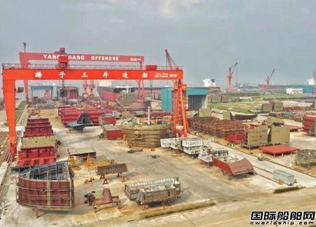 扬子三井首制82000吨散货船滚装下水