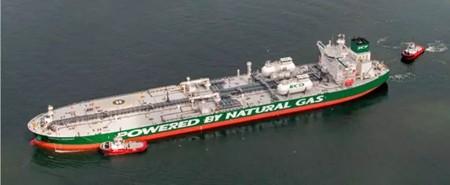 俄罗斯首艘大型LNG燃料油轮穿越北极驶往中国