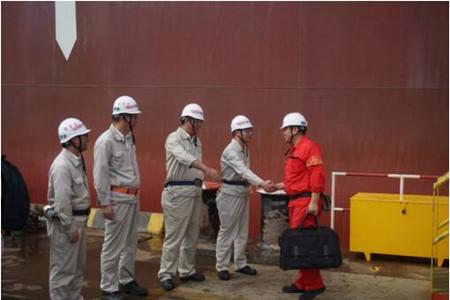 外高桥造船首艘安装脱硫装置20.8万吨散货船试航凯旋