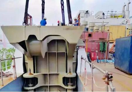 武船造最强铲斗式挖泥船钢桩定位系统进入船台安装阶段
