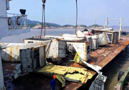 舟山海域发生两起船舶事故大量集装箱落水