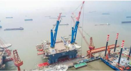 招商局重工首制半潜式重吊生活平台2200T吊机飞臂安装试重完成
