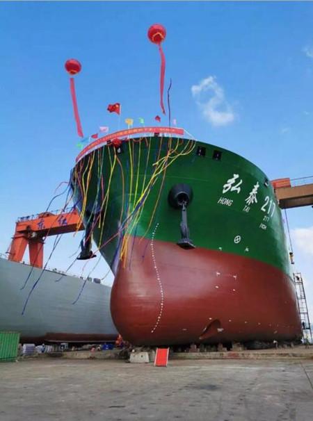 东红船业一艘1330箱集装箱船顺利下水