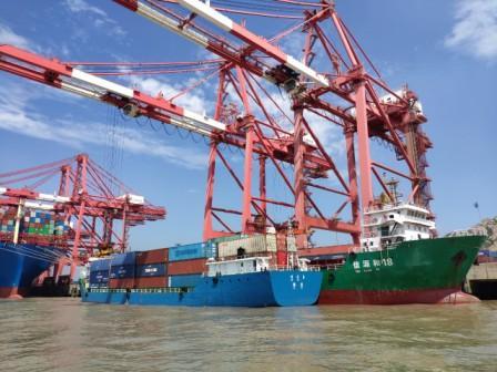 """上海临港新片区码头""""双档靠泊""""船舶范围扩大试验成功"""