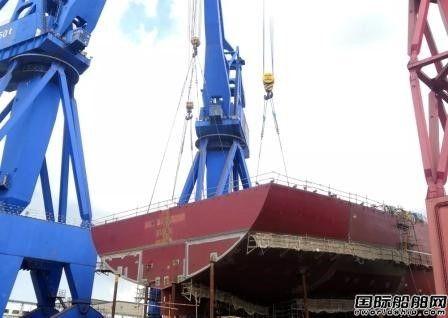 沪东中华新38000吨双相不锈钢化学品船首制船完成艉甲板贯通