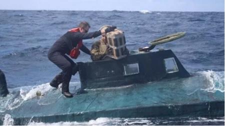 美国一艘半潜式走私船被搜出5.4吨毒品