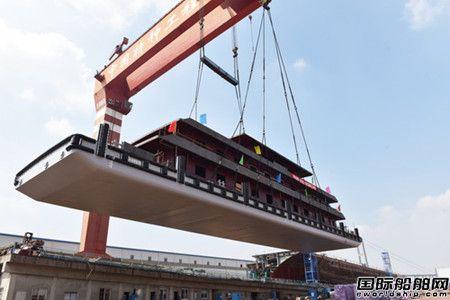镇江船厂3艘海事趸船顺利吊装下水