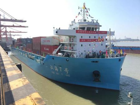 """长航集团首艘千箱级江海直达集装箱班轮""""汉海7号""""轮首航"""