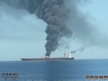 一艘伊朗油轮遭2枚导弹击中发生爆炸
