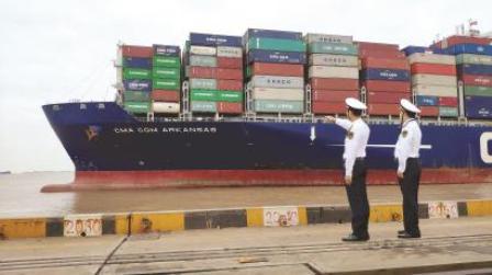 载运进博会最多展品集装箱船抵达洋山港
