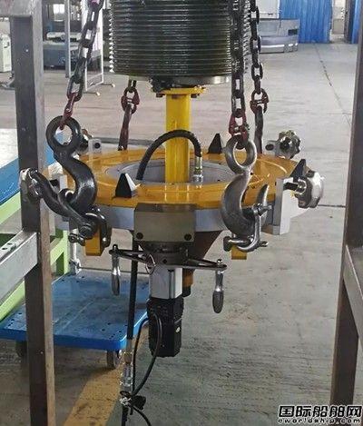 大连中远海运川崎舵杆螺母自动化旋入装置首创使用成功