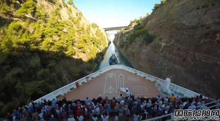 """伸手就能摸到岩壁!邮轮""""挤""""过最窄运河创世界纪录"""