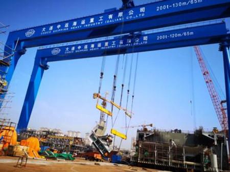 大连中远海运重工双吊联抬解决挖泥船超重分段吊装难题
