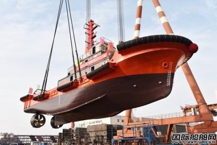镇江船厂4400HP全回转拖船顺利吊装下水