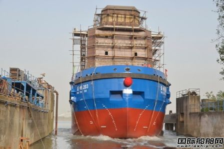 镇江船厂批量建造系列工作船第5艘顺利下水