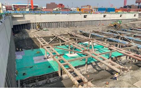 外高桥造船大型邮轮总装建造总体规划二号船坞改造项目首块坞底板浇筑工作完成