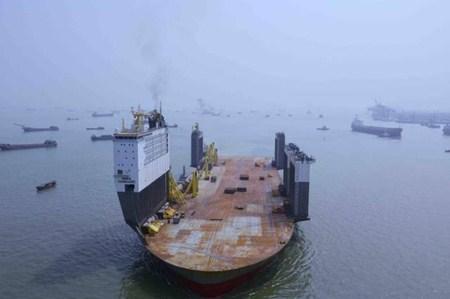 """广州港迎来全球最大半潜船""""博卡先锋""""号"""