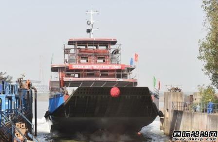 镇江船厂又一艘车客渡船下水