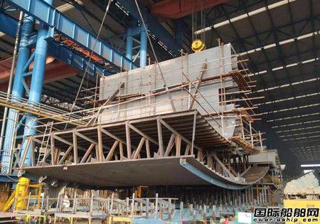 扬子鑫福建造常泰长江大桥5#墩钢沉井顺利进坞