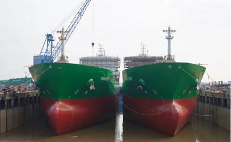 中航鼎衡两艘17500吨化学品船下水出坞