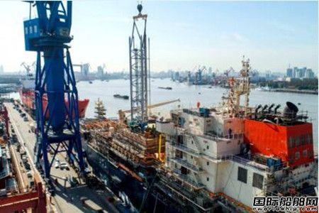 沪东中华18600方LNG加注船货舱泵塔顺利吊装