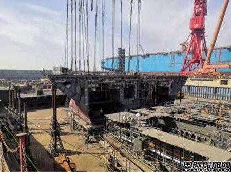 沪东中华FSRU首制船首个大型单元顺利吊装
