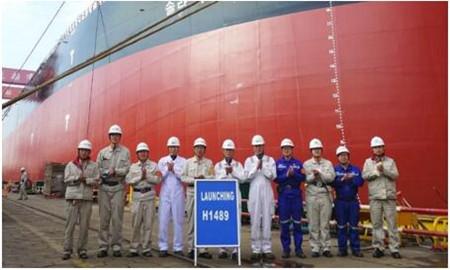 外高桥造船为北极星航运建造首制18万吨散货船出坞