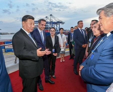 习近平和希腊总理共同参观中远海运比雷埃夫斯港项目