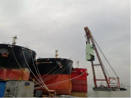 南通中远海运船务完成两船脱硫塔模块吊装节点