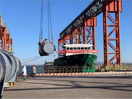 天津太重重件码头设备班轮启航