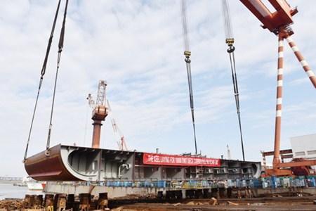 镇江船厂第二艘万吨级全电力推进甲板运输船搭载