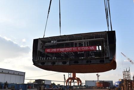 镇江船厂批量建造系列工作船第9艘顺利搭载