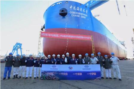 大连中远海运重工6.2万吨多用途纸浆船6号船下水