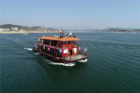 中国首艘纯LNG燃料动力客船启航