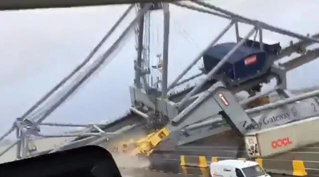 APL一艘集装箱船撞塌港口起重机