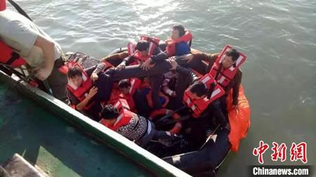 浙江温州南麂水域一货船遇险11名船员弃船获救