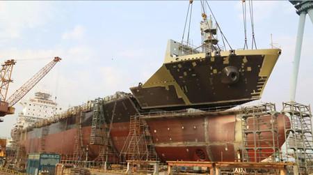 广东中远海运重工1750TEU集装箱系列8号船主船体成型
