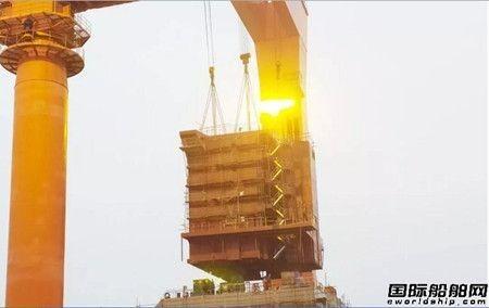 武船700TEU多用途集装箱船上建总组吊装成功