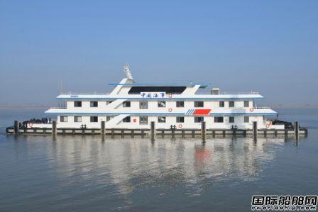 镇江船厂60米趸船首制船顺利出厂
