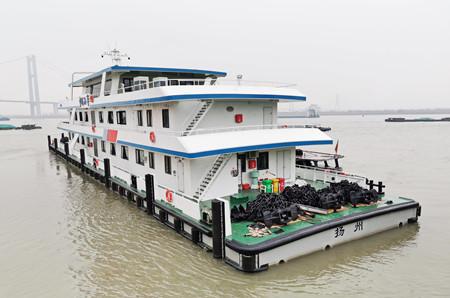 镇江船厂第三艘60米趸船顺利出厂