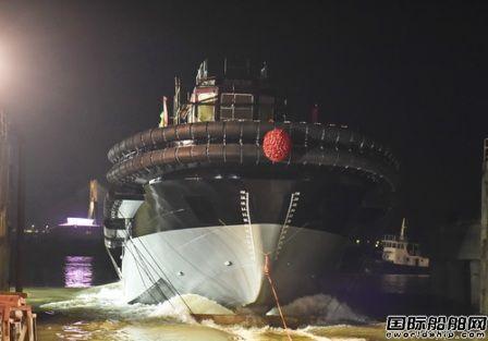 镇江船厂一艘4400HP全回转消拖两用船下水