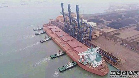 """荔兴拖轮助力30万吨级矿砂船""""雨果""""轮靠泊"""