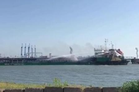 一艘伊朗油船在俄罗斯港口起火无人伤亡